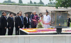 Htin Kyaw paying floral tributes at the Samadhi of Mahatma Gandhi, at Rajghat