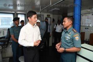 Mr Heng speaking with Commanding Officer of Indonesian Navy ship, KRI Halasan.
